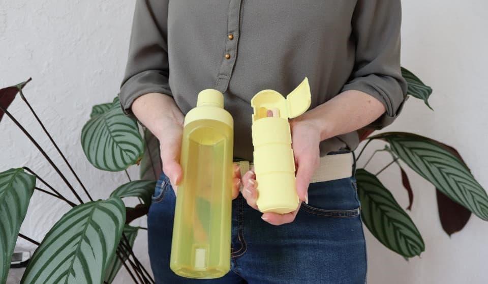 waterfles met medicijndoos pillendoos